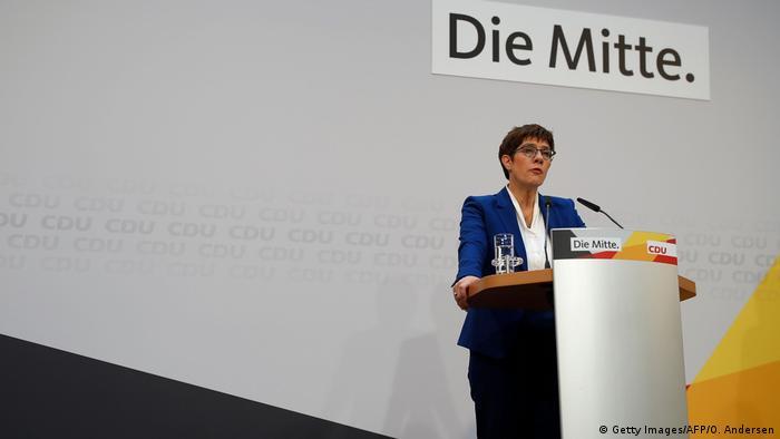 CDU-Chefin Annegret Kramp-Karrenbauer darf wegen der Coronaviris-Ausbreitung noch etwas länger amtieren. (Foto: Getty Images/AFP/O. Andersen)