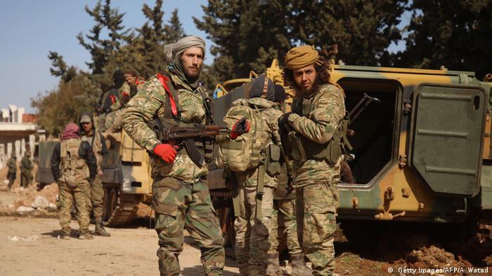 Von der Türkei unterstützte syrische Kämpfer mit Maschinengewehren