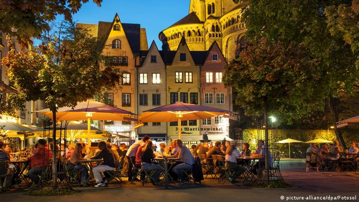 Street cafés at Fischmarkt and Groß St. Martin in the evening, Old Town, Cologne, North Rhine-Westphalia, Germany, Europe (picture-alliance/dpa/Fotosol)