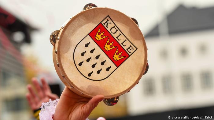 Tamburin mit Aufschrift Kölle bei der Eröffnung des Kölner Karnevals am 11.11.2019 in Köln (Bild: picture-alliance/dpa/J. Krick)