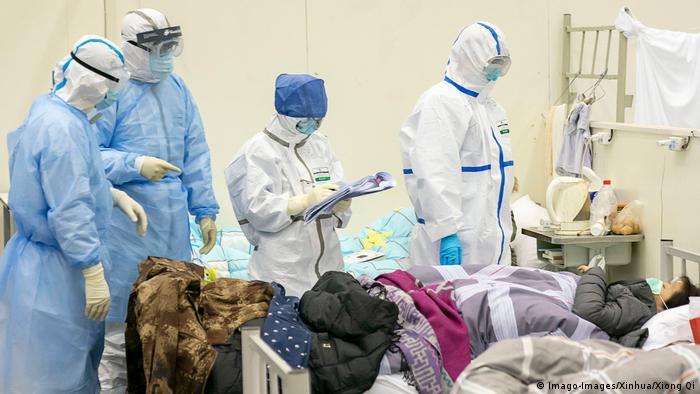 O total de mortes pelo coronavírus de Wuhan ultrapassa o total de mil e os casos confirmados na China superam 42 mil. OMS afirma que há mais de 300 casos em outros 24 países e alerta para possível aumento das transmissões. (10/01)