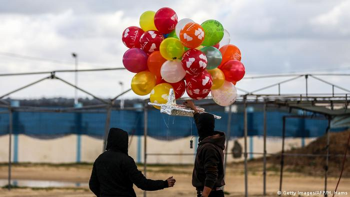BdTD Palästina Brandsatz an Ballons (Getty Images/AFP/M. Hams)