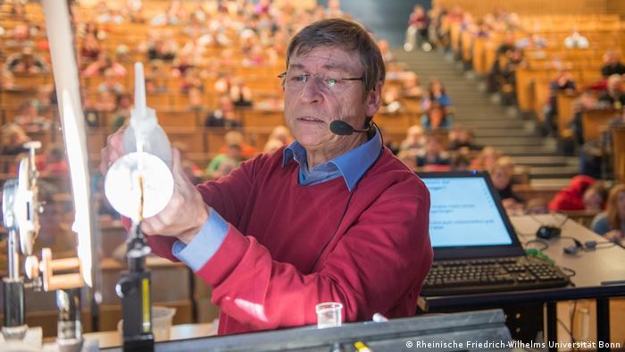Der Bonner Professor und Inhaber des Lehrstuhles für Allgemeine und Experimentelle Meteorologie Prof. Dr. Clemens Simmer führt im Rahmen der Kinder-Uni ein physikalisches Experiment in einem Hörsaal der Universität Bonn durch. (Foto: Rheinische Friedrich-Wilhelms Universität Bonn)