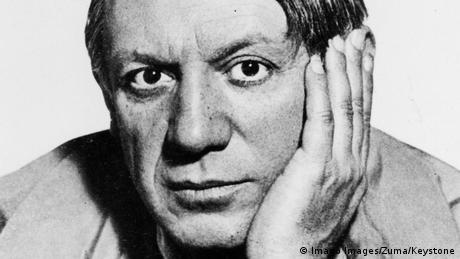 Porträtfoto von Pablo Picasso 1940, der seinen Kopf in seine Hand stützt.