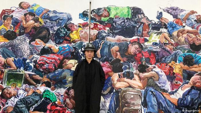Huang Min in front of large painting (Huangmin)