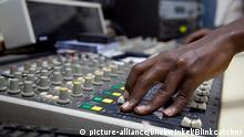 Techniker in der Radiostation 'Radio Isanganiro' bedient das Schaltpult, Burundi, Cancuzo | technician in the radio station called 'Radio Isanganiro' is handling the switchboard, Burundi, Cancuzo | Verwendung weltweit