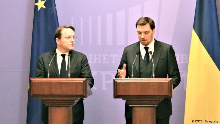 Олівер Варгеї (ліворуч) та Олексій Гончарук під час пресконференції у Києві