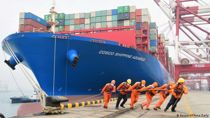 China Containerschiff im Hafen von Qingdao (Reuters/China Daily)