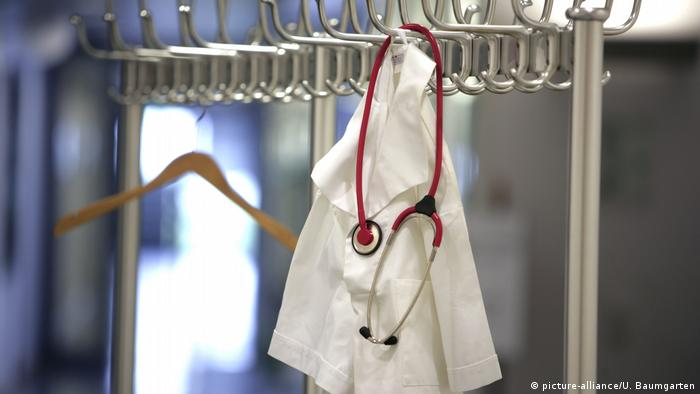Symbolbild Arztkittel und Stethoskop