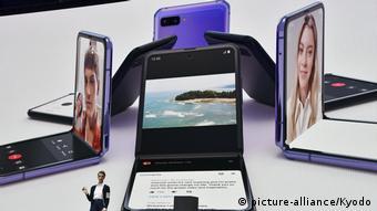 Несколько сгибаемых смартфонов фирмы Samsung на столе