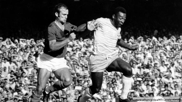Pelé disputa a bola em jogo contra a Iugoslávia em 1971 no Maracanã