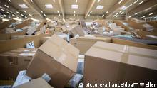 ARCHIV - 18.09.2019, Berlin: Pakete liegen in einem Paketzentrum von DHL. Neue oder neuwertige Waren, die als Abfall entsorgt werden - so etwas soll es nach dem Willen von Umweltministerin Schulze künftig nicht mehr geben. Allerdings bleiben mit dem Gesetzentwurf, den das Kabinett jetzt beschließt, noch viele Fragen offen. Foto: Tom Weller/dpa +++ dpa-Bildfunk +++   Verwendung weltweit