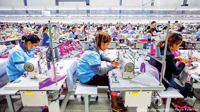 Kambodscha | Textilarbeiter in einer Fraik in
