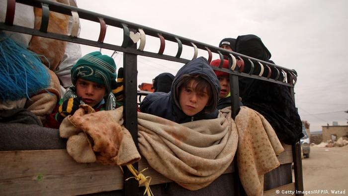 Syrien | syrische Kinder auf einem Truck (Getty Images/AFP/A. Watad)