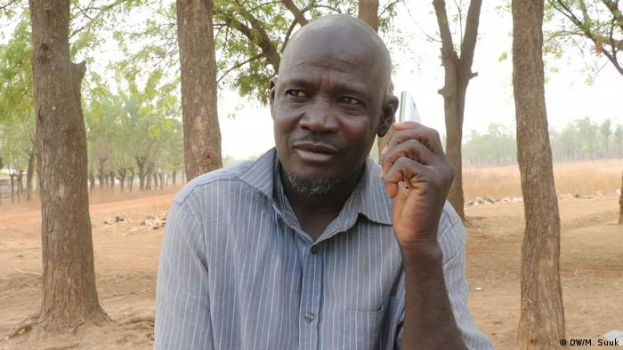 Afa in northern Ghana listens to radio using his mobile phone (DW/M. Suuk)