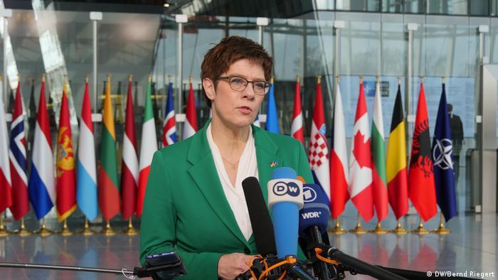 Brüssel NATO-Ministertreffen Kramp-Karrenbauer (DW/Bernd Riegert)