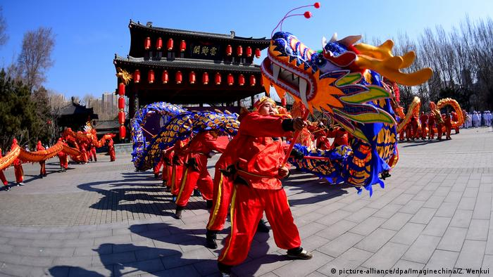People in costume doing a dragon dance (picture-alliance/dpa/Imaginechina/Z. Wenkui)
