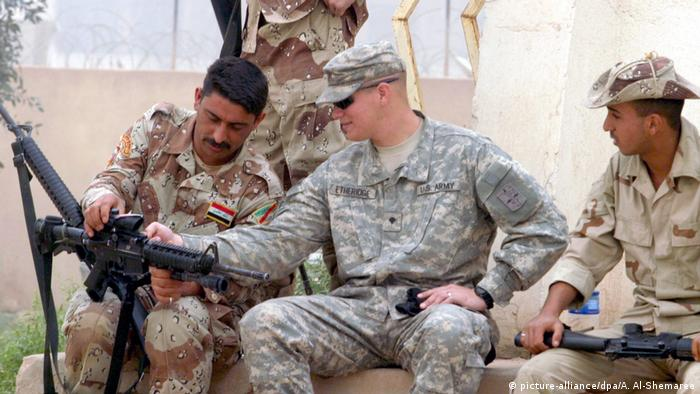 Foto de soldado estadounidense con soldados iraquíes