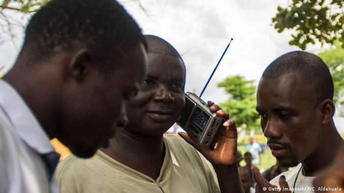 Liberia: Radiohörer in Monrovia
