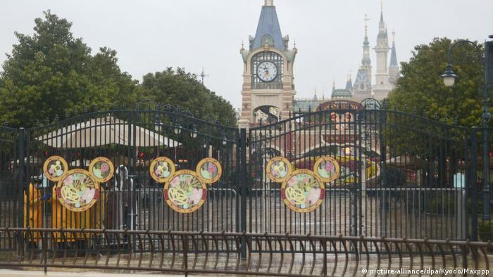 closed gates at China Shanghai Disneyland picture-alliance/dpa/Kyodo/Maxppp)