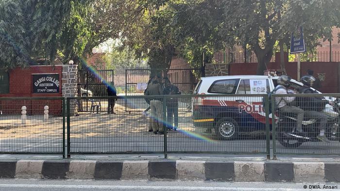 Indien Proteste vor dem Gargi College (DW/A. Ansari)