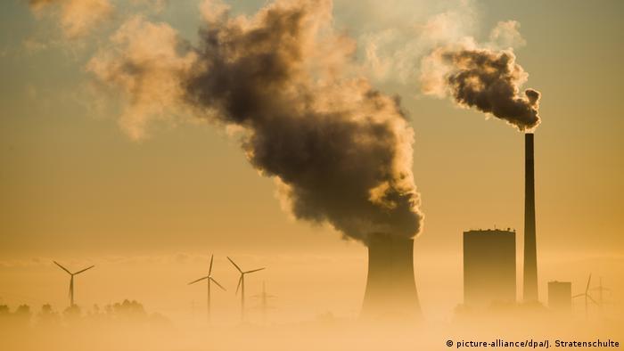 Дым из труб немецкой электростанции, работающей на каменном угле