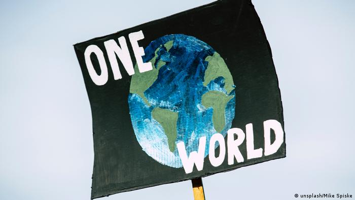 Schild One World beim Klimaprotest in Nürnberg