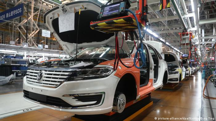 China Volkswagen-Werkshalle in Shanghai (picture-alliance/dpa/XinHua/Ding Ting)