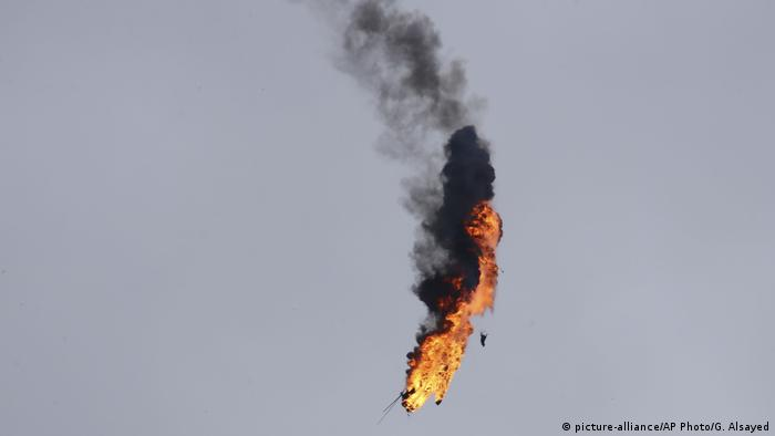 Syrien Hubschrauber geht in Flammen auf (picture-alliance/AP Photo/G. Alsayed)