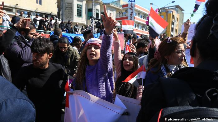 Female protests gesture at Baghdad rally (picture-alliance/AA/M. Al-Sudani)