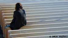 Portugal Eine sitzende Frau In Lissabon