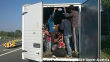 Symbolbild Flüchtlinge in einem Lastwagen Schleuser Migration