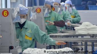 Фабрика по производству защитных масок, необходимых для борьбы с коронавирусом, в китайском Шанхае