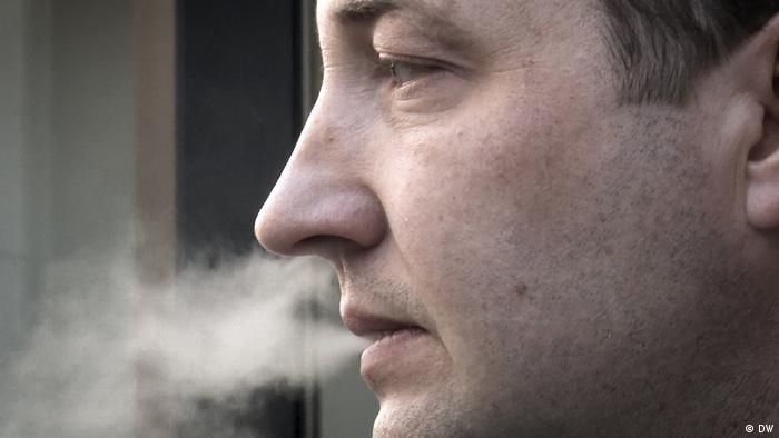 Юрий Гаравский курит