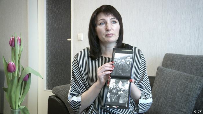 Елена Захаренко показывает фотографии своего отца