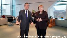 (200214) -- BERLIN, Feb. 14, 2020 (Xinhua) -- German Chancellor Angela Merkel (R) meets with visiting Chinese State Councilor and Foreign Minister Wang Yi in Berlin, Germany, Feb. 13, 2020. (Xinhua/Wang Qing) | Keine Weitergabe an Wiederverkäufer.