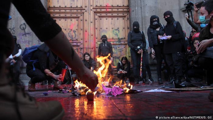 Protestas en la Ciudad de México por el feminicidio de Ingrid Escamilla.