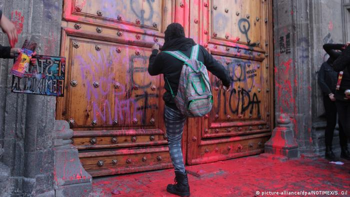 Puertas pintadas que preocupan al presidente López Obrador.