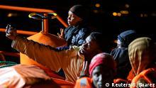 Spanien Gran Canaria Seenotrettung Migranten im Hafen von Arguineguin