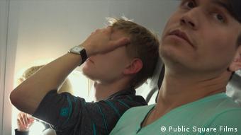 Кадр из фильма Добро пожаловать в Чечню: двое мужчин в самолете