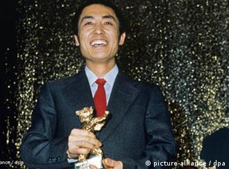 Der Kameramann und Schauspieler Zhang Yimou erhielt am 23.02.1988 bei den Internationalen Filmfestspielen Berlin den Goldenen Bären für seinen Film Rotes Kornfeld.