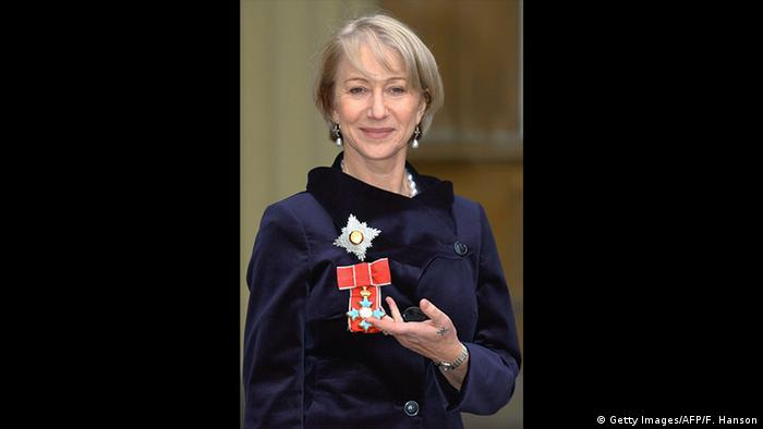 Actress Helen Mirren shows her medal as Dame Commander of the British Empire (Getty Images/AFP/F. Hanson)