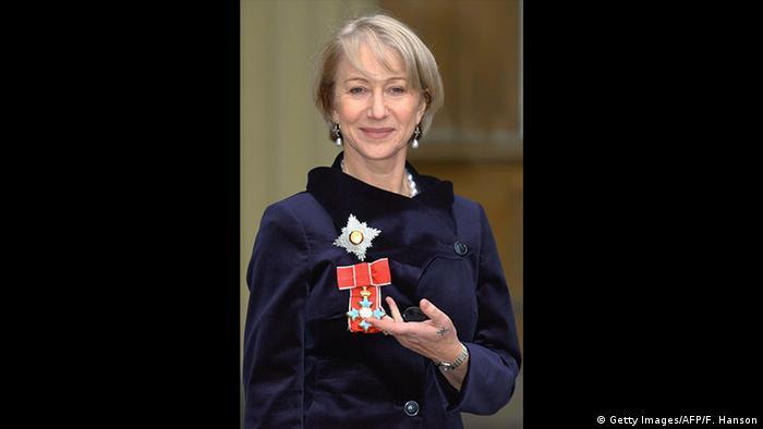 La actriz Helen Mirrenmuestra su medalla de dama comendadora de la Orden del Imperio Británico (Getty Images/AFP/F. Hanson)