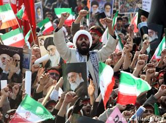 Multidão comemora os 31 anos da Revolução Islâmica