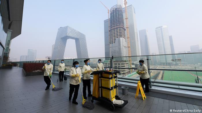 China Peking Menschen mit Schutzmasken
