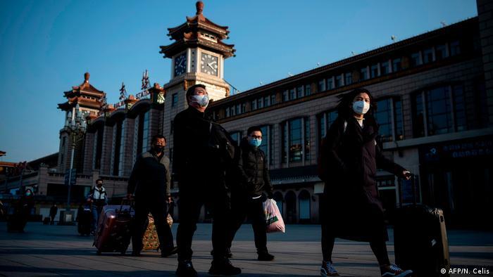 China Peking Menschen mit Schutzmasken (AFP/N. Celis)
