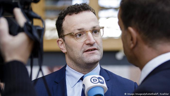 Министр здравоохранения ФРГ Йенс Шпан дает интервью