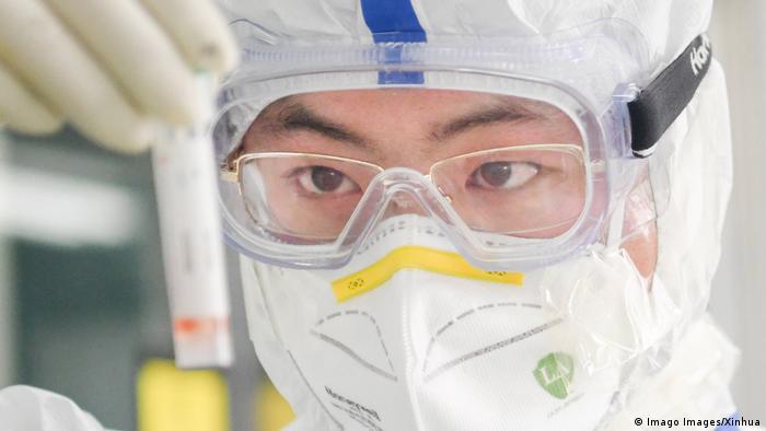 Coronavirus China Wuhan medizinisches Personal arbeitet im Labor