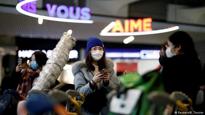 Paris Flughafen Touristen aus China mit Mundschutz