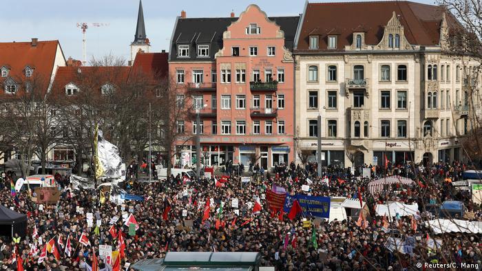 Manifestantes reunidos na praça em frente à catedral da cidade de Erfurt